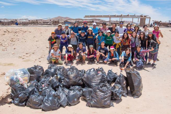 Insólito: Voluntarios japoneses limpian el Salar de Uyuni - Infodiez |  Bolivia Noticias