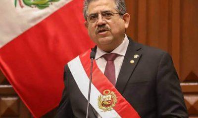 Renuncia presidente de Perú
