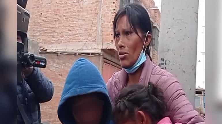 Boliviana se encadena en Puno