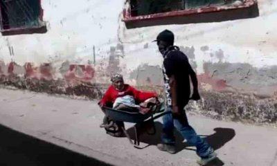 Lleva a vacunar a su mamá en carretilla en México